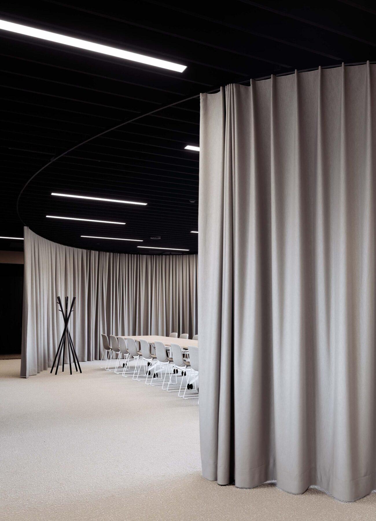 Sitzungszimmer in moderner Bürolandschaft